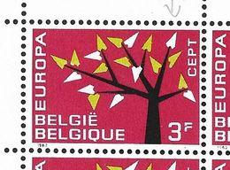 1222-V En Bloc De 4 Timbres V Accent Rouge Dans Le F - P3 T1 (Alb. Noir N° 15) - Varietà E Curiosità