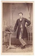 0545 CDV Photo: Fotograf U. Ort Keine Angaben - Eleganter Junger Herr In Studiokulisse, Mann Homme Man Gentleman - Old (before 1900)