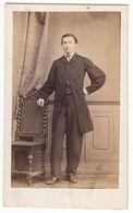 0546 CDV Photo: Fotograf U. Ort Keine Angaben - Eleganter Junger Herr In Studiokulisse, Mann Homme Man Gentleman - Old (before 1900)