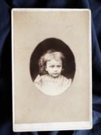 Photo Format Cabinet   Portrait Enfant Blond (Mamie Jeanne Du Buat Enfant) Air Triste  Robe Imprimée  CA 1890 - L506 - Oud (voor 1900)