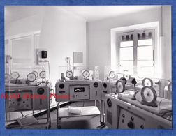 Photo Ancienne - PARIS - Hôpital LARIBOISIERE - Salle Maygrier Maternité Prématurés - 1965 - Medical Médecin Infirmiere - Profesiones