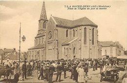 - Morbihan -ref-D854- La Roche Bernard -place De L Eglise Jour De Marché - Marchés Aux Bestiaux - Voiture - Automobile - - La Roche-Bernard
