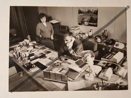 Photo Vintage. Original. Bureau Du Directeur De L'usine. Affiche Aeroflot. Téléphone, Samovar, Lampe, Cendrier. Lettonie - Professions