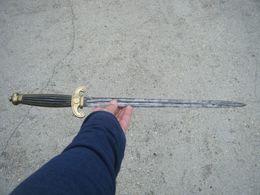 épée Courte Style Médiévale Ou Autre Avec Poinçons A Identifier/objet Ancien Pas De Reproduction - Armes Blanches