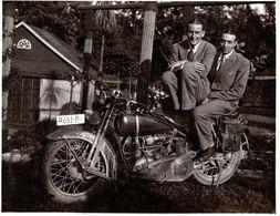 Photo Originale Motocyclisme & Jeunes Hommes Sur Une Harley Davidson JDH 1927/29 à Double Phare Suisse 651-P - Cyclisme