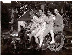 Photo Originale Motocyclisme, 4 Copines à La Queue Leuleu Sur Moto Harley Davidson JDH 1927/29 Double Phare Suisse 651-P - Cyclisme