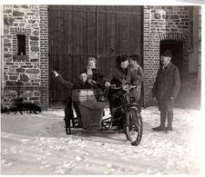 Photo Originale Motocyclisme, Départ Sur La Neige & Valise D'Osier Sur Vieux Side-Car Des Années 1910 à Identifier - Cyclisme