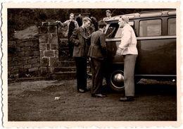 Photo Originale Bande De Copains Autour D'un Volkswagen Combi Split Type 2 Vitré (1951/1967) Vers 1960 - Automobili