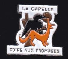 65843- Pin's-La Capelle.Aisne.Foire Aux Fromages.Jean De La Fontaine.Renard.Corbeau. - Steden
