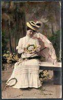 D7963 - Hübsche Junge Frau Mit Hut Und Kleid - Mode Frisur - Coloriert - Mode