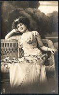 D7891 - Hübsche Junge Frau Im Kleid - Mode Frisur - Pretty Young Women - Mode