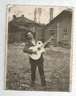 Man With Guitar Za494-362 - Persone Anonimi