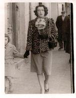 Photo Originale Marcheuse De Rue & Maman Pin-Up Dans Son Manteau Léopard Vers 1950/60 - Pin-up