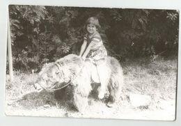 Girl On A Bear Za505-362 - Persone Anonimi
