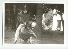 Girl On A Tapir Za506-362 - Persone Anonimi