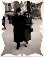Photo Montage Déco Originale Marcheuses De Rue, Mère Et Fille Sur Trottoir Vers 1940/50 - Pin-up