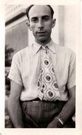 Photo Originale Gay & Playboy à La Cravate Bariolée Trop Longue Rentrée Dans Son Pantalon à Pinces Vers 1940/50 - Persone Anonimi