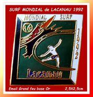 """SUPER PIN'S SURF-SPORT NAUTIQUE : MONDIAL De SURF à """"LACANAU"""" En 1992, émail Grand Feu Base Or, Format 2,5X2,5cm - Wasserski"""