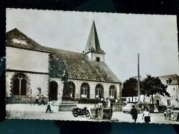 CARTE POSTALE _ CPA VINTAGE _ CPSM Photo : ILE De GROIX _ La Place & L'Eglise - MOTO & VOITURE           // CPA.L.Div44 - Francia