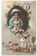 Bonne Année Fillette Tenant Une Poupée Dans Les Bras Cheval En Bois à Bascule  Ballon... - Jeux Et Jouets