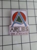 316c Pin's Pins / Beau Et Rare / THEME : VILLES / ARLES TERRE DE RENCONTRES - Steden