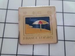 316c Pin's Pins / Beau Et Rare / THEME : PHOTOGRAPHIE / DIAPOSITIVE FRANCE LOISIRS PLAGE MER PARASOL - Fotografía