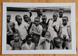 Photo De Groupe D'enfants Africains - Rwanda (évoqué Dans Le Texte) - Collée Sur Carte Envoyée En 1992 - (n°18014) - Rwanda