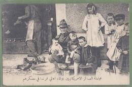 CPA - GUERRE 14/18 - CAMP AMÉRICAIN EN FRANCE - SOLDAT AMÉRICAINS AVEC ENFANTS DEVANT L'ECHOPE DU CORDONNIER - - War 1914-18
