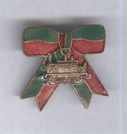 Badge Métal à Identifier - Locomotive Ancienne Sur Rubans Verts Et Rouges - Très Bon état - Bijoux & Horlogerie