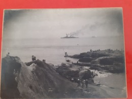 Superbe Photo Ancienne D'un Navire De Guerre Vu De La Côte Avec Des Badots Qui Regardentqui - Fotografía