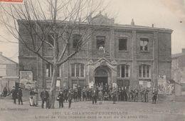 CPA  42 LE CHAMBON FEUGEROLLES INCENDIE HOTEL DE VILLE 1910 GROSSE ANIMATION - France