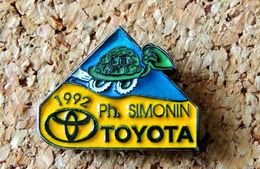 Pin's TOYOTA - Ph. SIMONIN 1992 - Tortue - émaillé à Froid époxy - Fabricant DE PUB - Toyota