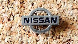 Pin's NISSAN - Logo Ajouré Argenté - Fabricant Inconnu - Pin's
