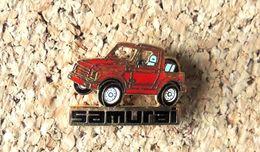 Pin's SUZUKI Automobile - SAMURAI émaillé Rouge - Fabricant Inconnu - Pin's