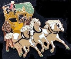 VIEILLE DILIGENCE POSTAL  - CHEVAUX - PFERDE - HORSES - COCHER EN COSTUME  NOIR-BLEU - BACHE VERTE - 7 Cm / 6 Cm  - (18) - Transportes