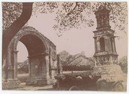 Automobile Des Débuts à Saint-Rémy-de-Provence (Bouches-du-Rhône). Mausolée De Glanum. Tirage Citrate Circa 1900-1910. - Orte