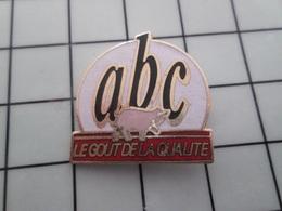 316c Pin's Pins / Beau Et Rare / THEME : ALIMENTATION / PORC COCHON CHARCUTERIE ABC LE GOUT DE LA QUALITE - Alimentación