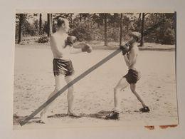 Photo Vintage. Original. Un Homme à Moitié Nu Est Engagé Dans La Boxe. Lettonie - Ohne Zuordnung