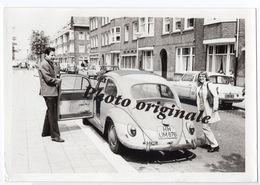 Photo Originale 1970 Autos Voitures Automobiles Cars - Volkswagen VW Coccinelle Découvrable Käfer Beetle - Ford Anglia - Automobili