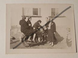 Photo Vintage. Original. Filles Sur Une Moto D'avant-guerre. Lettonie. - Automobiles