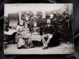 Photo Format Cabinet  Famille Posant Dans Un Jardin  : 2 Hommes, 4 Femmes, 2 Fillettes CA 1895 - L513 - Anciennes (Av. 1900)