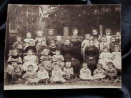 Photo De Classe : Jardin D'enfants, Maternelle Dans Une Cour Avec Leurs Maîtresses  CA 1895 - L513 - Anciennes (Av. 1900)