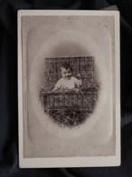 Photo Format Cabinet  Jeune Enfant Dans Une Malle En Osier Avec De La Paille  CA 1890 - L513 - Anciennes (Av. 1900)