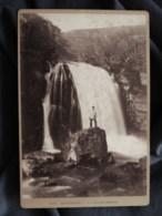 Photo Format Cabinet  Sassenage  La Grande Cascade  Homme Sur Un Rocher  CA 1890 - L513 - Anciennes (Av. 1900)