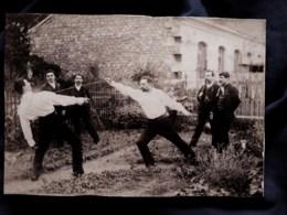 Photo Format CDV  Escrime  Hommes  Duel Avec 4 Témoins Dans Un Jardin Et Petit Garçon  CA 1900 - L513 - Anciennes (Av. 1900)