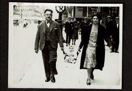 Photo 1931 - 8 Cm X 6 Cm - Marcheur & Marcheuse De Rue - Couple Et Bébé - Street Photography - Voir Scan - Anonymous Persons