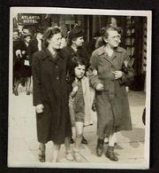 Photo 1942  - 8,5 Cm X 6,5 Cm - Marcheur & Marcheuse De Rue - Dames - Fillette - Street Photography - Voir Scan - Anonymous Persons