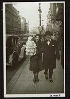 Photo 1932 - 12 Cm X 7,5 Cm - Marcheur  - Couple Bébé Dans Les Bras - Bruxelles - Street Photography - Voir Scan - Anonymous Persons