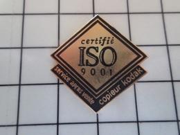 415a Pin's Pins / Beau Et Rare / THEME : PHOTOGRAPHIE / COPIEUR KODAK SERVICE APRES VENTE CERTIFIE ISO 9001 - Fotografía