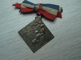 Petite Médaille En Métal Signée LALIQUE Avec Couleurs Nationales - 1914-18